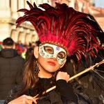 観光客に撮影サービスをする変装したヴェネチア市民