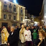 24日のミサは、イエスキリストのシンボルの人形を司祭さんが抱いて海岸までプロセッション(宗教行列)