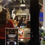 23日の晩、地元客でいっぱいだった港近くのレストラン
