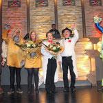 Karnevalspräsident Frank Föllmer, Jungschützenkönigspaar Florian Pieper und Eva Koch, Gaby Sobkowiak, Prinz Horst Rüntker und Jungschützenoberst Sebastian Becker jubelten mit den Jecken.