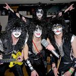 """""""I was made for lovin' you"""": Diese Narren hatten sich als Kultrocker von Kiss verkleidet – inklusive aufblasbarer E-Gitarre und überdimensionalem Mikrofon."""