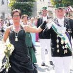 Auch das Bürgerschützen-Königspaar Jörg Ohrmann und Nicole Dädlow präsentierte sich in vollem Ornat und krönte mit seinem schmucken Hofstaat den Festzug. Sechs Musikkapellen und lange Schützenreihen boten ein beeindruckendes Bild