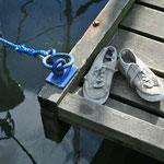 sc-014   Achtergelaten schoenen steiger jachthaven Schiermonnikoog.
