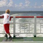 sc-022   Jongen op veerboot vertrek van Schiermonnikoog.