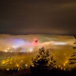 Die Nebelschwaden hüllen den Jentower ein