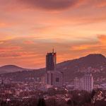 Das Stadtzentrum von Jena zum Sonnenaufgang mit Hausberg und Jenzig