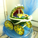 geschnitzte Wassermelone und Ananas Kinderwagen