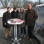 Karl-Heinz Florenz (re.) und Kerstin Radomski (2. v. re.) verteilen Ostergrüße