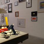 Blick über den Arbeitstisch auf die Installation 'Tagebuch'