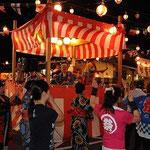 「江州音頭」を踊る人たち。川北さんが太鼓をたたいています。