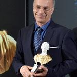 """Lecce (Italia), 30 giugno 2018. Grand Hotel President, Sala Apulia.Foto ricordo con la bellissima statuetta del Premio Internazionale d'Arte """"Giulio Cesare"""".  (ItalPhoto  Mesagne)"""
