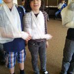 Kinder üben gemeinsam Erste Hilfe