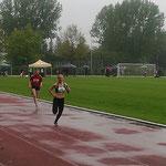 Carolin holt als Schlussläuferin Platz 1 - 4x100m Staffel