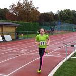 Viktoria läuft über 800m auf den 1. Platz