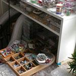 Ein Teil des Fädelmaterials, den kompletten großen Tisch mit Fädelbereich sieht man auf Foto 1