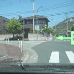 「敷島総合文化センター」を左手に北上しますと、黒富士農場「たまご村」さんの案内看板のある三叉路にあたります。ここを「たまご村」さん方面に向って左折します。