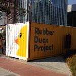 Im nahegelegenen Container gibt es ....