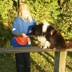 Melanie, als Hundeführerin, zeigt die Übung vor...