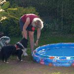 Schnur am Ball befestigen, und ihn ins Wasser werfen!