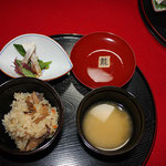 御膳のメニューは、五目御飯、占地茸・貝割・辛子の汁物、〆小鯛昆布締・布海苔・水菜の向付