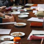 テーブルに並べられた薬草
