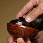 飯椀と汁椀の蓋は、写真のように重ねて御膳の横に置きます