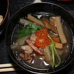 煮物椀(いくら・鶏肉・蒲鉾・鯣烏賊・蒟蒻・大根・牛蒡・人参・三つ葉)