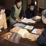 大島さんから、布地の種類と楳染の違いによる「色の違い」を説明