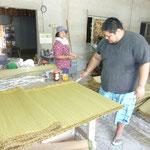 連続で織り上がった沖縄ビーグ畳表を一畳毎に切ります。。