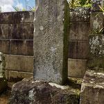 本廟近くに如信上人のお父様、善鸞さまの墓所もあります。如信上人が御仏飯を炊く際に水を汲んだとされる辺りに石碑もあります。