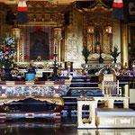 お内陣中央。同じ須弥壇の上に、阿弥陀様と親鸞聖人が並んでいます。