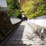 長い階段を上から。