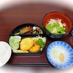 15日夜のお食事。湯豆腐、本気でおいしいです!フライは、実は麩なのです。私はこれが好き。