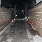 参道には蝋燭。