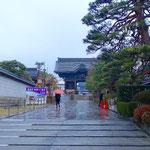 雨の善光寺で朝のお勤め。