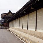 唐門へ続く築地塀。
