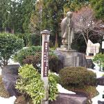 神社の境内に親鸞聖人。
