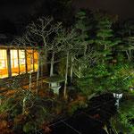 夜の中庭。