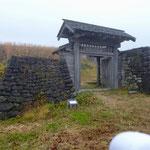 鳥越城址で最初に目にする枡形門(ますがたもん)。