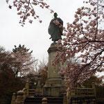 蓮如上人の銅像。大きい(高い)です!