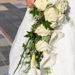 Brautstrauß Wasserfall aus Rosen und Callas