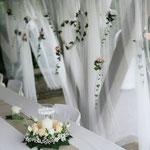 Blumengesteck, Brautpaartischhintergrund