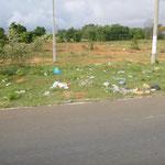 wie in Kambodscha: Plastikmüll am Straßenrand