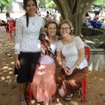 unsere Khmer Outfits und die liebe Besitzerin meiner Klamotten