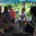 zwei Einwohner, ein amerikanischer Freiwilliger, ich und meine Mentorin beim Interviewen