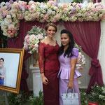 meine Mentorin Kimsrien und ich, links ein Bild des Hochzeitpaares