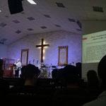 "die Bühne der ""International Christian Assembly"" Kirche"