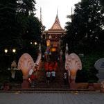 Wat Phnom und drei buddhistische Mönche