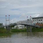 die letzten Vietnam-Fähnchen vor der Grenze