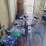 last but not least: jeden Morgen muss ich erstmal mein Fahrrad aus der Masse ziehn. Hier ein besonders nettes Beispiel.